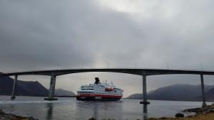 Hurtigruta passerer Andøybrua